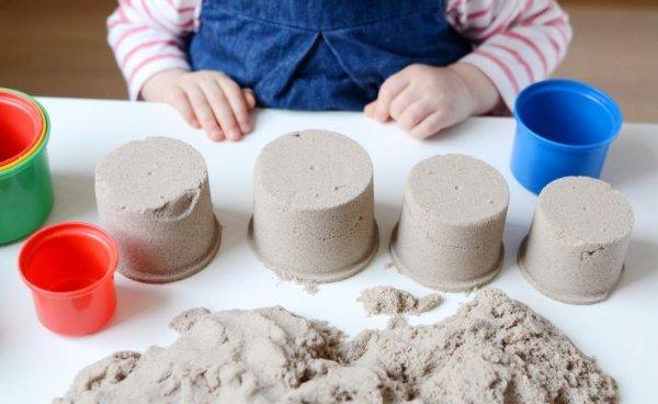 Kinetický písek přírodní 2 kg s kbelíkem