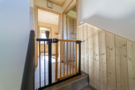 Zábrana PupyHou 132-139 cm kov/dřevo - světlá